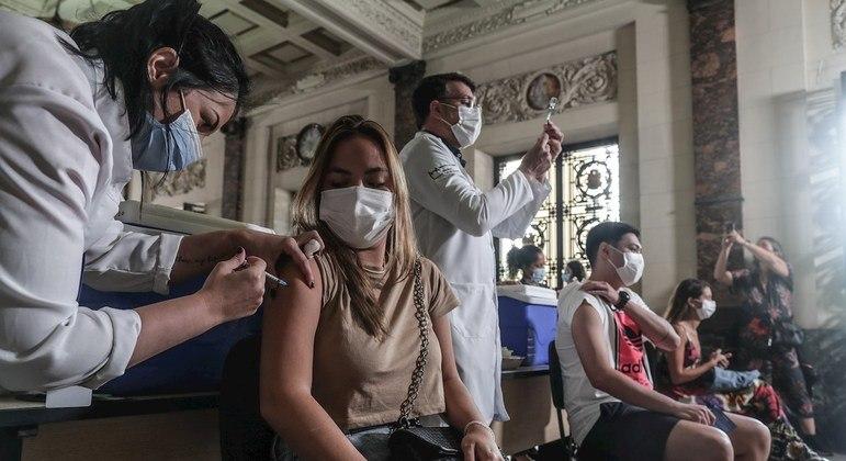 Vacinação com a primeira dose avança no Brasil e mais de 120 milhões já receberam a aplicação