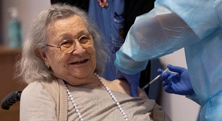 Vacinação iniciada na Europa engrossou a lista de países que já imunizam a população