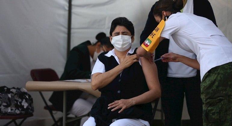 Profissionais da saúde são os primeiros a receber doses das vacinas aprovadas contra a covid