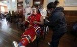 AME411. LA PAZ (BOLIVIA), 05/07/2021.- Un payaso recibe la primera dosis de la vacuna contra la covid-19 hoy, en La Paz (Bolivia). Desde que se inició la vacunación a finales de enero en el país ya se han vacunado a 2.762.994 personas entre la primera y segunda dosis con las vacunas Sputnik V, AstraZeneca, Sinopharm y Pfizer. Bolivia ha acumulado 444.968 contagios y 16.951 fallecidos desde que en marzo de 2020 se detectaron los primeros casos. EFE/ Martin Alipaz