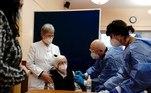 ALEMANHA - As primeiras doses foram administradas no próprio sábado no país e, neste domingo (27), a imunização ganhou uma escala um pouco maior. Uma senhora de 101 anos de idade foi a primeira imunizada com composto da Pfizer ontem