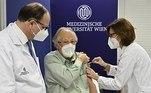 ÁUSTRIA - Cinco idosos foram os primeiros a receber o imunizante para prevenir a covid-19