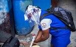 AME7263. PUERTO PRÍNCIPE (HAITÍ), 10/08/2020.- Una estudiante lava sus manos antes de ingresar a clases luego de cinco meses de cierre debido a la pandemia de coronavirus, este lunes, en Puerto Príncipe (Haití). Las escuelas reabrieron sus puertas usando mascarillas y siguiendo los protocolos para evitar la propagación de la COVID-19. La reapertura es parcial y solo concierne a los alumnos de cursos que se preparan para los exámenes para pasar de ciclo, como el noveno grado de educación básica, el cuarto de secundaria y el terminal, el último antes del acceso a la universidad. El resto de cursos se reincorporarán a partir del próximo 17 de agosto, para terminar el curso 2019-2020, que concluye en octubre. EFE/ Jeanty Emmanuel