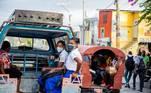 AME7263. PUERTO PRÍNCIPE (HAITÍ), 10/08/2020.- Estudiantes, usando tapabocas, viajan en un camión para ir a la escuela para retomar clases luego de cinco meses de cierre debido a la pandemia de coronavirus, este lunes, en Puerto Príncipe (Haití). Las escuelas reabrieron sus puertas usando mascarillas y siguiendo los protocolos para evitar la propagación de la COVID-19. La reapertura es parcial y solo concierne a los alumnos de cursos que se preparan para los exámenes para pasar de ciclo, como el noveno grado de educación básica, el cuarto de secundaria y el terminal, el último antes del acceso a la universidad. El resto de cursos se reincorporarán a partir del próximo 17 de agosto, para terminar el curso 2019-2020, que concluye en octubre. EFE/ Jeanty Emmanuel