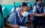 AME7263. PUERTO PRÍNCIPE (HAITÍ), 10/08/2020.- Estudiantes, usando tapabocas, retoman clases luego de cinco meses de cierre debido a la pandemia de coronavirus, este lunes, en Puerto Príncipe (Haití). Las escuelas reabrieron sus puertas usando mascarillas y siguiendo los protocolos para evitar la propagación de la COVID-19. La reapertura es parcial y solo concierne a los alumnos de cursos que se preparan para los exámenes para pasar de ciclo, como el noveno grado de educación básica, el cuarto de secundaria y el terminal, el último antes del acceso a la universidad. El resto de cursos se reincorporarán a partir del próximo 17 de agosto, para terminar el curso 2019-2020, que concluye en octubre. EFE/ Jeanty Emmanuel