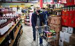 Johannesburg (South Africa), 18/08/2020.- Customers queue to buy alcohol amid the ongoing coronavirus emergency lockdown in Johannesburg, South Africa, 18 August 2020. After 144 days, the country moved to level 2 of the national lockdown, which allows the sale of alcohol and the opening of all retail outlets. (Abierto, Sudáfrica, Johannesburgo) EFE/EPA/KIM LUDBROOK