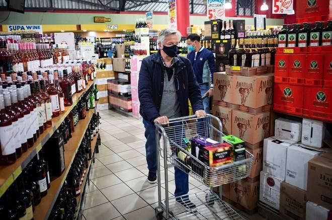 'Durante as últimas três semanas, o número de novos casos confirmados caiu de um pico de mais de 12 mil por dia para uma média na última semana de 5 mil diários', explicou no último final de semana, o presidente do país, Cyril Ramaphosa, ao anunciar uma maior flexibilização das restrições