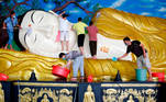 Bogor (Indonesia), 07/02/2021.- Workers clean a giant reclining Buddha statue as part of the preparerations for the Chinese Lunar New Year celebrations at a temple in Bogor, Indonesia, 07 February 2021. The Lunar New Year, also known as Spring Festival in China, falls on 12 February in 2021, marking the beginning of the Year of the Ox. EFE/EPA/ADI WEDA
