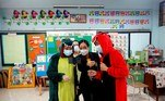 Bangkok (Thailand), 29/06/2021.- School director Warintorn Kanokwonganan (C) gives advise to kindergarten teachers wearing dinosaur costumes to conduct an online class at Suraomai school in Bangkok, Thailand, 29 June 2021. Amid the norm of remote learning caused by the COVID-19 pandemic, teachers of the Suraomai school in Bangkok wear makeup and dress in colorful costumes while conducting teaching online classes aimed to encourage and engage their students more in the lessons. (Tailandia) EFE/EPA/RUNGROJ YONGRIT