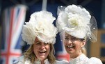 Ascot (United Kingdom), 15/06/2021.- Race goers pose in decorative hats they attend day one of Royal Ascot in Ascot, Britain, 15 June 2021. Royal Ascot is Britain's most valuable horse race meeting and social event running daily from 15 to 19 June 2019. (Reino Unido) EFE/EPA/NEIL HALL