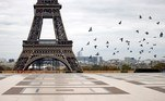 Paris (France), 30/10/2020.- Pigeons fly over a deserted Trocadero near the Eiffel Tower, on the first morning of the second national lockdown, dubbed reconfinement , in Paris, France, 30 October 2020. French President Emmanuel Macron announced in a televised statement that France is 'reconfining' and going into a second lockdown for a minimum of four weeks to battle the rise in Covid-19 cases, effectively shutting down bars, cafes and restaurants and requiring non-essential workers to remain home. France is in the midst of a second wave of the COVID-19 coronavirus pandemic, recording around 50,000 daily new cases. (Francia) EFE/EPA/IAN LANGSDON