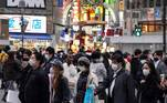 Toyko (Japan), 27/11/2020.- Pedestrians wearing protective masks walk a Shibuya crossway in Tokyo, Japan, 27 November 2020, after Tokyo marked 570 new COVID-19 infections, its highest record per day. The number exceeded 539 marked on 21 November. In Japan, 2,504 new cases of the COVID-19 coronavirus infection have been confirmed on 27 November 2020. (Japón, Tokio) EFE/EPA/KIMIMASA MAYAMA