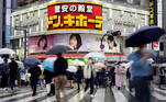 Tokyo (Japan), 29/04/2021.- Passersby cross a street at Shinjuku business and shopping district in Tokyo, Japan, 29 April 2021. Tokyo recorded its highest coronavirus infections cases since January 2021 with 1,027 new cases. The country is affected by a surge of COVID-19 cases less than three months before from the opening of the Tokyo Olympic Games. (Abierto, Japón, Tokio) EFE/EPA/FRANCK ROBICHON