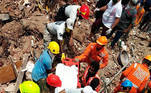 Raigad (India), 25/08/2020.- A handout photo made available by the National Disaster Response Force (NDRF) shows members of the NDRF during a rescue operation at the site of a building collapse in Raigad, Maharashtra, India, 25 August 2020. According to media reports, five people were killed in the collapse. EFE/EPA/NATIONAL DISASTER RESPONSE FORCE HANDOUT HANDOUT EDITORIAL USE ONLY/NO SALES