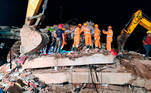 Raigad (India), 25/08/2020.- A handout photo made available by National Disaster Response Force (NDRF) shows members of the NDRF during a rescue operation at the site of a building collapse in Raigad, Maharashtra, India, 25 August 2020. According to media reports, one person was killed. EFE/EPA/NATIONAL DISASTER RESPONSE FORCE HANDOUT NATIONAL DISASTER RESPONSE FORCE HAND OUT PHOTO HANDOUT EDITORIAL USE ONLY/NO SALES