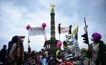 Berlin (Germany), 01/05/2021.- Participants of a bicycle demonstration on housing, rents, capitalism and ownership stand in front of the victory column during a protest on May Day in Berlin, Germany, 01 May 2021. Labor Day, or May Day, is observed all over the world on the first day of May to celebrate the economic and social achievements of workers and fight for workers' rights. In 2021, May Day takes place the second time under the influence of the pandemic crisis of the SARS-CoV-2 coronavirus which causes the Covid-19 disease. Amongst the yearly usual left-wing protests, Corona restriction critics are expected to demonstrate as well. (Protestas, Alemania) EFE/EPA/CLEMENS BILAN