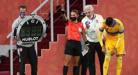 Brasileira Edna Alves era a quarta árbitra do jogo