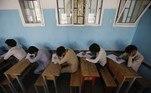 Sana'a (Yemen), 30/06/2021.- Secondary school students take final school exams at a public school in Sana'a, Yemen, 30 June 2021. Nearly 192,000 secondary school students have started the final school exams in the academic year 2020-2021 across the Houthi-controlled northern provinces of Yemen. EFE/EPA/YAHYA ARHAB