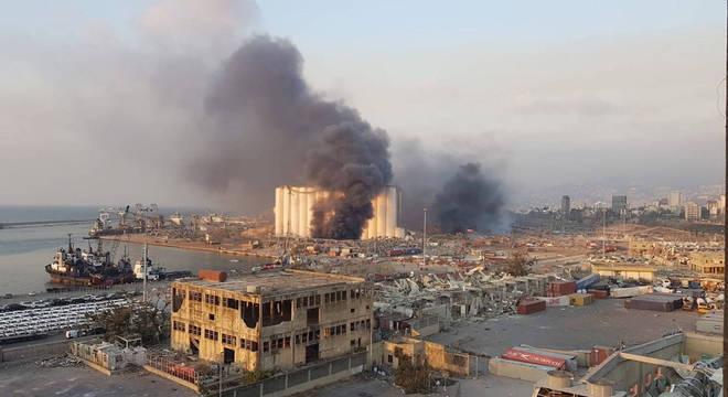 Porto de Beirute logo após a megaexplosão na terça-feira (4)