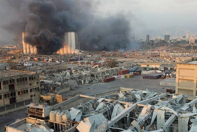 Quando o fotógrafo daReutersMohamed Azakir sentiu o chão tremer, pensou que Beirute havia sido atingida por um terremoto. Em seguida, ele ouviu amegaexplosão que ocorreu na última terça-feira (4)