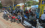 Mumbai (India), 09/03/2021.- Motorist queue to refill fuel tanks at the petrol station in Mumbai, India, 09 March 2021. Petrol price cross historic-high levels of INR 100 (USD 1.37) per litre in several cities across the country. Petrol price in Mumbai is INR 97.57 (USD 1.33) per litre. EFE/EPA/DIVYAKANT SOLANKI