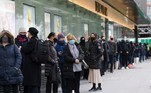 London (United Kingdom), 02/12/2020.- Shoppers queue outside Debenhams in Oxford Street, London, Britain, 02 December 2020. The second Coronavirus UK national lockdown ended on 02 December, allowing non-essential shops to trade ahead of the traditionally busy Christmas season. (Reino Unido, Londres) EFE/EPA/VICKIE FLORES