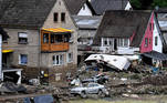 Schuld (Germany), 15/07/2021.- A damaged houses and cars after flooding in Schuld, Germany, 15 July 2021. Large parts of western Germany were hit by heavy, continuous rain in the night to Wednesday, resulting in local flash floods that destroyed buildings and swept away cars. (Inundaciones, Alemania) EFE/EPA/SASCHA STEINBACH