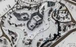-FOTODELDÍA- Chicago (Estados Unidos), 16/02/2021.- Una fotografía aérea realizada con un dron muestra la repavimentación de la cinta de patinaje sobre hielo en Maggie Daley Park después de que una nevada nocturna dejara más de 18 pulgadas (45,72 cm) en el suelo y carreteras en Chicago, Illinois, EE. UU., 16 de febrero de 2021. Gran parte de EE. UU. Se ha visto afectado por tormentas invernales que han provocado una caída de las temperaturas, el cierre de los principales aeropuertos y los cortes de energía de millones de personas. (Estados Unidos) EFE / EPA / TANNEN MAURY