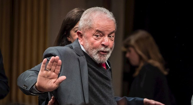 Paris (France), 08/03/2021.- (FILE) - Former Brazilian President Luiz Inacio Lula da Silva waves while participating in a ceremony in his honor in Paris, France, 02 March 2020 (reissued 03 March 2021). On 03 March 2021 Judge Edson Fachin, of the Supreme Court of Brazil, annulled all the prison sentences in the first instance handed down against former president Luiz Inacio Lula da Silva, who must be tried by federal courts. Fachin's decision refers to three processes in which Lula was tried by a court of first instance of Curitiba, in charge of the then judge Sergio Moro, who at the time did not have the 'legal competence' required to analyze those cases, as he explained. (Brasil, Francia) EFE/EPA/CHRISTOPHE PETIT TESSON