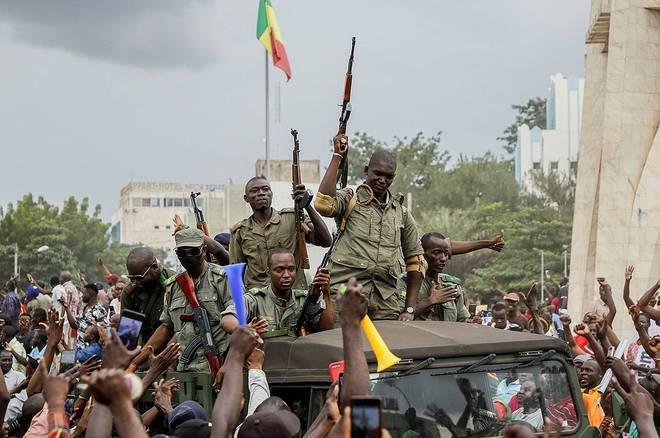 Soldados amotinados tomaram o poder no Mali, nesta terça-feira (18), na capital Bamako. A ação partiu de uma base militar em Kati, que fica próxima da capital. Após prenderem o presidenteIbrahim Boubacar Keita e o primeiro ministro, Boubou Cisse, eles foram até a TV estatal anunciar o golpe. Eles anunciaram uma 'comissão nacional de salvação pública' e disseram vão convocar as eleições 'dentro de um prazo razoável', após também dissolverem a Assembleia Nacional