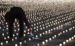 -FOTODELDIA- EA1006. BERNA (SUIZA), 21/02/2021.- Activistas encienden casi 9.200 velas para conmemorar a las personas que murieron de Covid-19 en Suiza, en la Bundesplatz, frente al Palacio Federal en Berna (Suiza). EFE/EPA/PETER SCHNEIDER