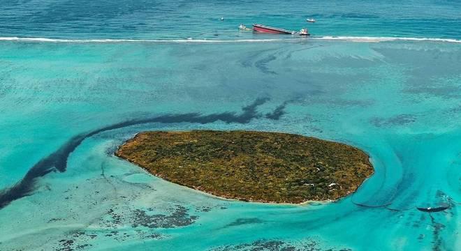 Nesta imagem aérea, é possível ver o navio afundando e derramando óleo no mar