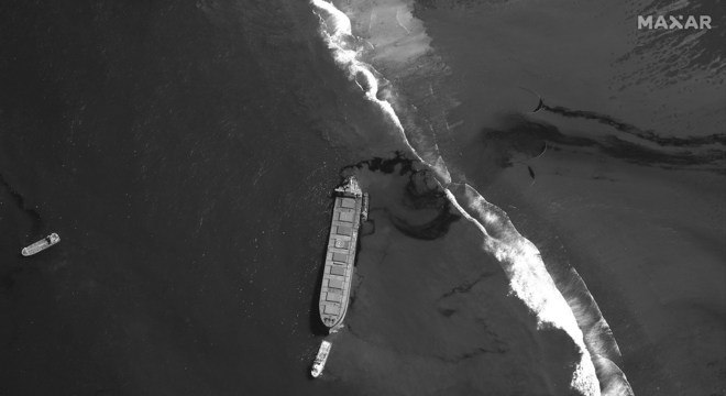 Imagem de satélite mostra o navio encalhado e a mancha