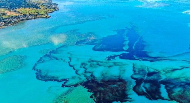 Imagem registrada no sábado (8) revela a extensão da mancha de óleo