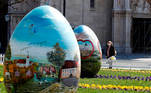 Zagreb (Croatia), 02/04/2021.- A woman wearing a protective face mask walks past huge Easter eggs on display in a square in front the Cathedral on Good Friday in the capital city of Zagreb, Croatia, 02 April 2021, amid the ongoing COVID-19 coronavirus pandemic. (Croacia) EFE/EPA/ANTONIO BAT