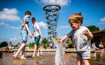 Tilburg (Netherlands), 30/05/2021.- Children enjoy the sunny weather in a park in Tilburg, Netherlands, 30 May 2021. After a cold period with a lot of rainfall, the sun attracts many people outside. (Países Bajos; Holanda) EFE/EPA/ROB ENGELAAR
