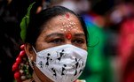 Mumbai (India), 09/08/2021.- An Indian woman wears a face mask showing Warli painting, a traditional art, during a celebration of the International Day of the World's Indigenous Peoples in Mumbai, India, 09 August 2021. EFE/EPA/DIVYAKANT SOLANKI