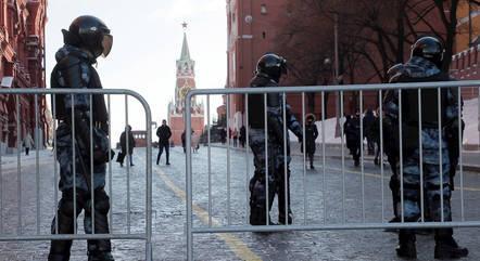 Policiais patrulham a Praça Vermelha na capital da Rússia