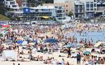 Sydney (Australia), 26/01/2021.- A general view of Bondi Beach in Sydney, Australia, 26 January 2021. Temperatures in parts of Sydney are set to hit 40 degrees Celcius on Australia Day, with respite unlikely until late in the evening. EFE/EPA/DAN HIMBRECHTS AUSTRALIA AND NEW ZEALAND OUT