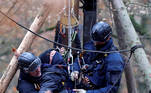 Dannenrod (Germany), 11/11/2020.- Policemen of a special task force (SEK) arrest an environmental activist who has barricaded himself in a tree house during the clearing of a forest area in the Dannenroeder forest in Dannenrod north of Frankfurt, Germany, 11 November 2020. Environmental activists protested against the planned expansion of the Highway A49. (Protestas, Alemania) EFE/EPA/RONALD WITTEK