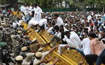 New Delhi (India), 12/03/2021.- Indian police detain members of National Students' Union of India (NSUI) as they climb police barricades during a protest against the rise in unemployment and Central Government policies, in New Delhi, India, 12 March 2021. Hundreds of NSUI activists gathered at their headquarter to protest against the rise in unemployment in India. (Protestas, Nueva Delhi) EFE/EPA/RAJAT GUPTA