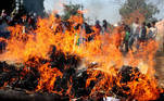 Bhopal (India), 03/12/2020.- Supporters and surviving victims of the 1984 gas tragedy burn debris during a protest on the 36th anniversary of the Union Carbide gas leak in Bhopal, India, 03 December 2020. A gas leak at a Union Carbide Corporation plant in Bhopal from 02 to 03 December 1984 killed at least 15 thousand people in what is considered the world's worst industrial accident. (Protestas, Estados Unidos) EFE/EPA/SANJEEV GUPTA