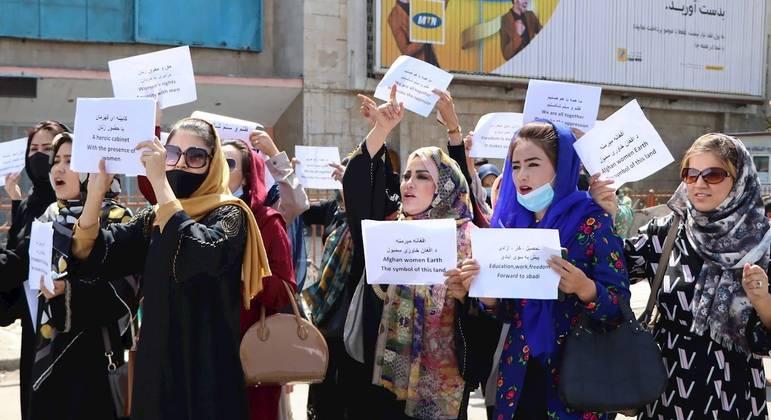 Mulheres protestam exigindo seus direitos em Cabul, no Afeganistão