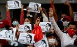 Yangon (Myanmar), 07/02/2021.- Protesters hold images showing detained Myanmar State Counselor Aung San Suu Kyi and reading 'We Want Our Leader Free' as they flash the three-finger salute, a symbol of resistance, during a protest against the military coup in Yangon, Myanmar, 07 February 2021. Thousands of people took to the streets of Yangon, Myanmar's biggest city, for a second day of mass protests against the military coup. Myanmar's military seized power and declared a state of emergency for one year after arresting State Counselor Aung San Suu Kyi and Myanmar president Win Myint in an early morning raid on 01 February. (Protestas, Golpe de Estado, Birmania, Estados Unidos) EFE/EPA/NYEIN CHAN NAING