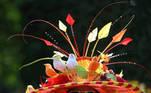 -FOTODELDIA- Ascot (Reino Unido), 15/06/2021. - Una aficionada a las carreras posa con un colorido sombrero mientras asiste al primer día del Royal Ascot en Ascot, Gran Bretaña, el 15 de junio de 2021. Royal Ascot es la reunión hípica más valiosa de Gran Bretaña y el evento social que se celebra diariamente del 15 al 19 de junio de 2019. EFE/EPA/NEIL HALL