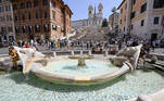 Rome (Italy), 24/07/2021.- Tourists refresh themselves with the water of the Barcaccia Fountain in Spagna square due to the hot weather in Rome, Italy, 24 July 2021. (Italia, Roma) EFE/EPA/Riccardo Antimiani