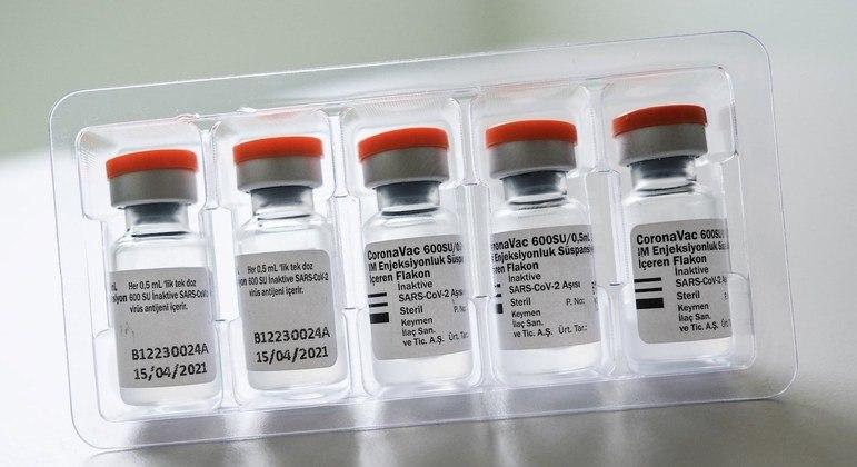 Mesmo com chegada do IFA, produção da vacina demora até 20 dias para ficar pronta