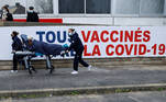 Melun (France), 08/02/2021.- A woman is carried on a stretcher to the Covid-19 vaccination center at the South Ile-de-France Hospital Group (Groupe Hospitalier Sud Ile-de-France), in Melun, on the outskirts of Paris, France, 08 February 2021, during a visit of French Health Minister. The top French medical authority (Haute autorite de Sante) has approved the vaccine AstraZeneca-Oxford for use in France, but only for people under 65, echoing decisions made in Sweden, Germany, Belgium and Switzerland over concerns about a lack of data on the effectiveness of the vaccine for over 65s. (Bélgica, Francia, Alemania, Suecia, Suiza) EFE/EPA/THOMAS SAMSON / POOL MAXPPP OUT