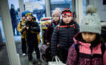 Svendborg (Denmark), 08/02/2021.- 3rd grade pupils arrive for the first day of school after reopening at Tved School in Svendborg, on the island of Funen, Denmark, 08 February 2021, after the Corona pandemic lockdown in Denmark. Students from 0. to 4th. class are back on schools throughout Denmark. (Abierto, Dinamarca) EFE/EPA/TIM KILDEBORG JENSEN DENMARK OUT