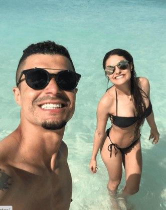 """Egídio, na época no Cruzeiro, foi o autor do meme. De férias com a esposa nas Bahamas, comentou que """"a praia seria piscininha, amor, bom pra gente namorar e beijar muito"""". Além de Fred, outros jogadores entraram na brincadeira nas redes."""